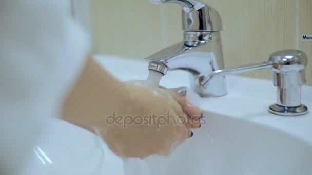 Dívka smývá ruce mýdlo