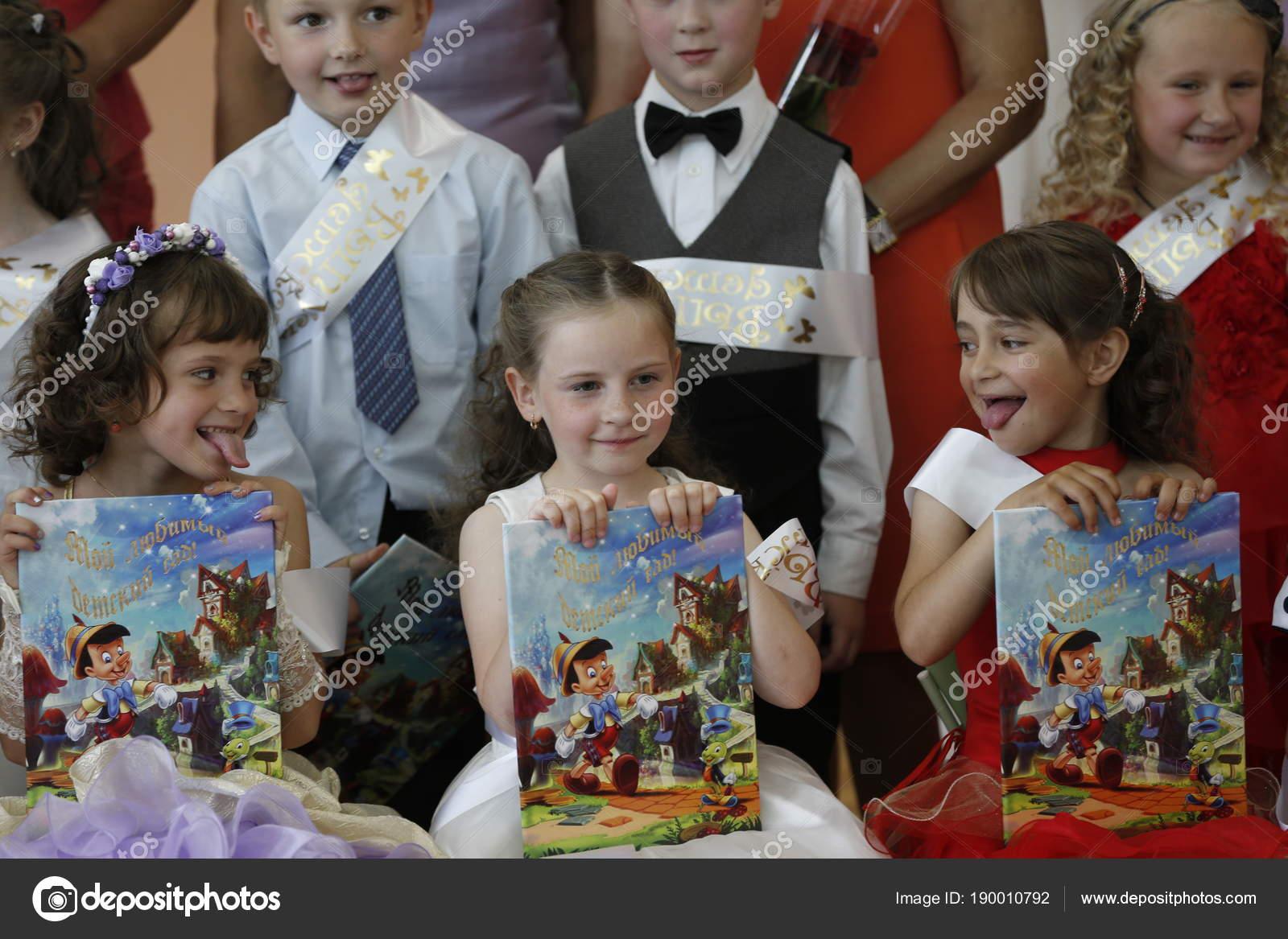 Coiffures pour les enfants Г la remise des diplГґmes de la maternelle