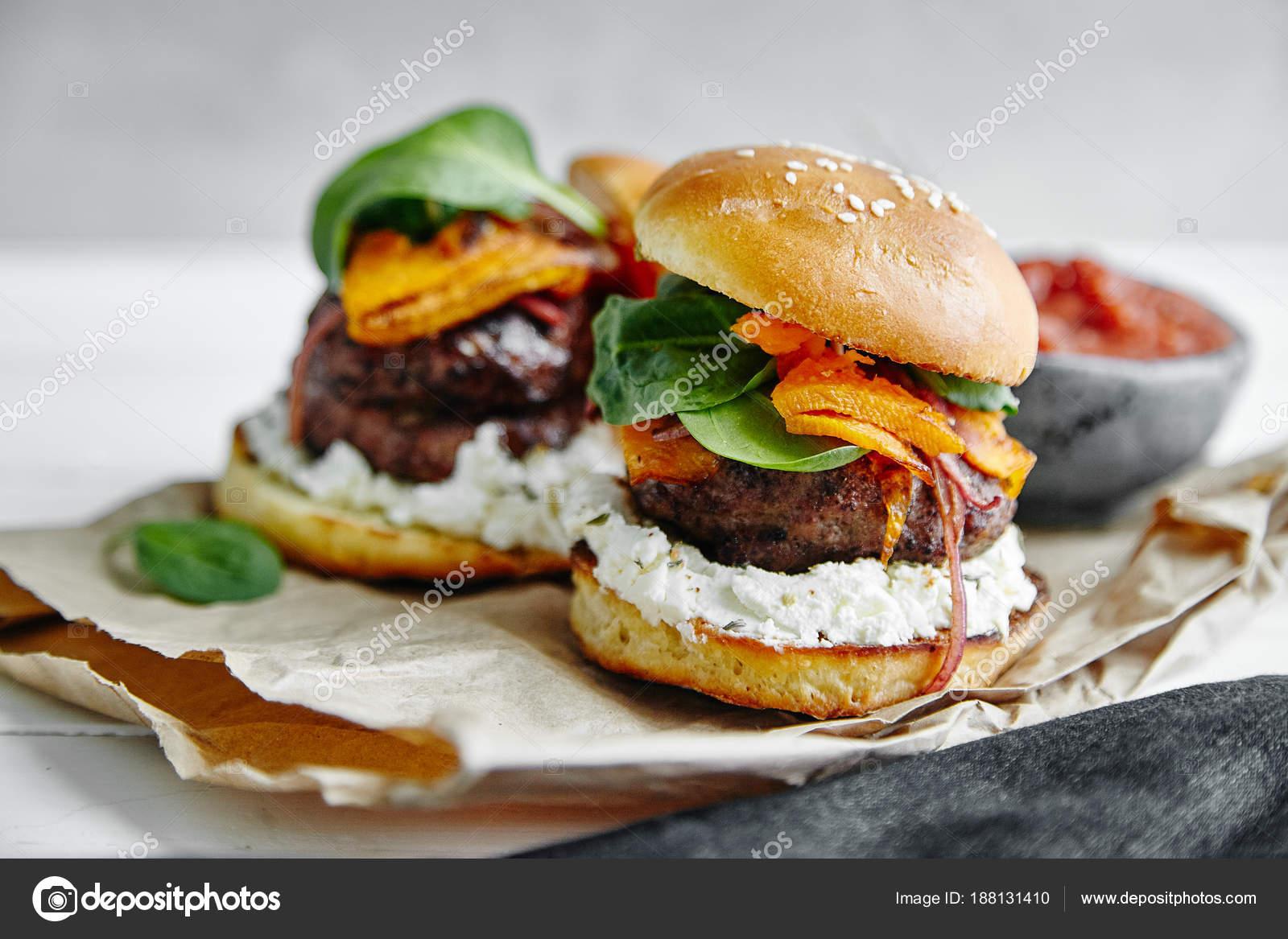 Burger Auf Küche Pergament Papier Blätter Close — Stockfoto ...