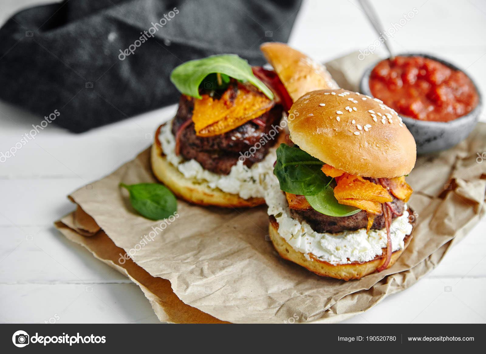 Burger Mit Sauce Schüssel Auf Küche Pergament Papier Blätter Close ...