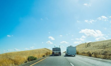 Truck overtaking a caravan in Interstate 5