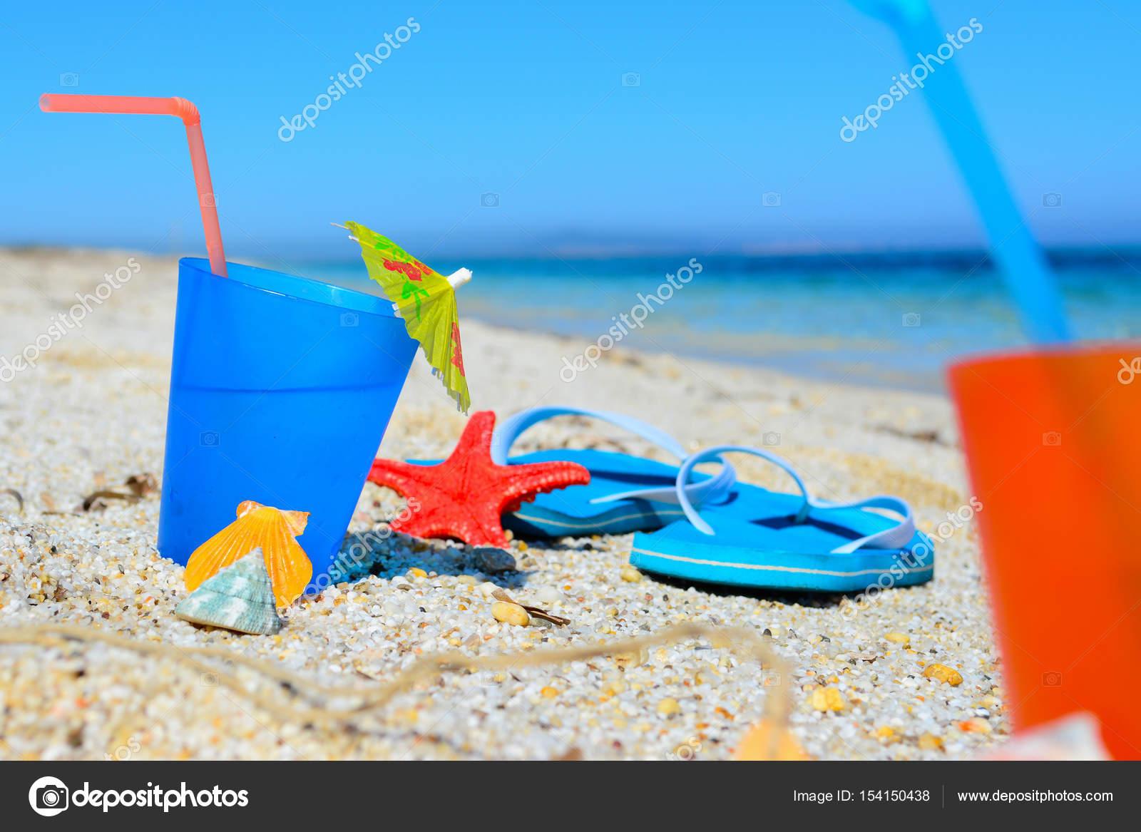 blaue Getränke und Sandalen — Stockfoto © AlKan32 #154150438