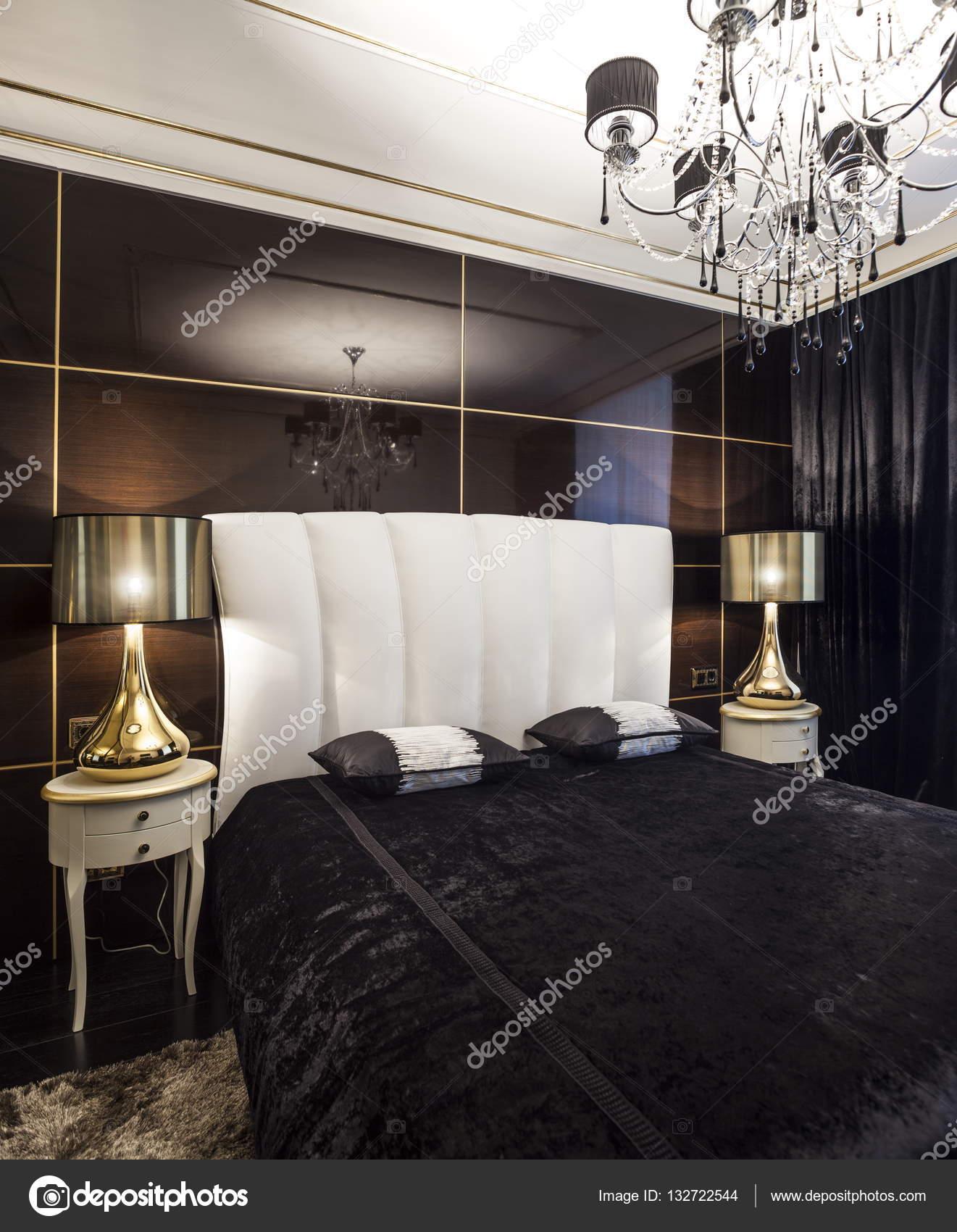 Luxe slaapkamer interieur met gouden lichten — Stockfoto © mrivserg ...