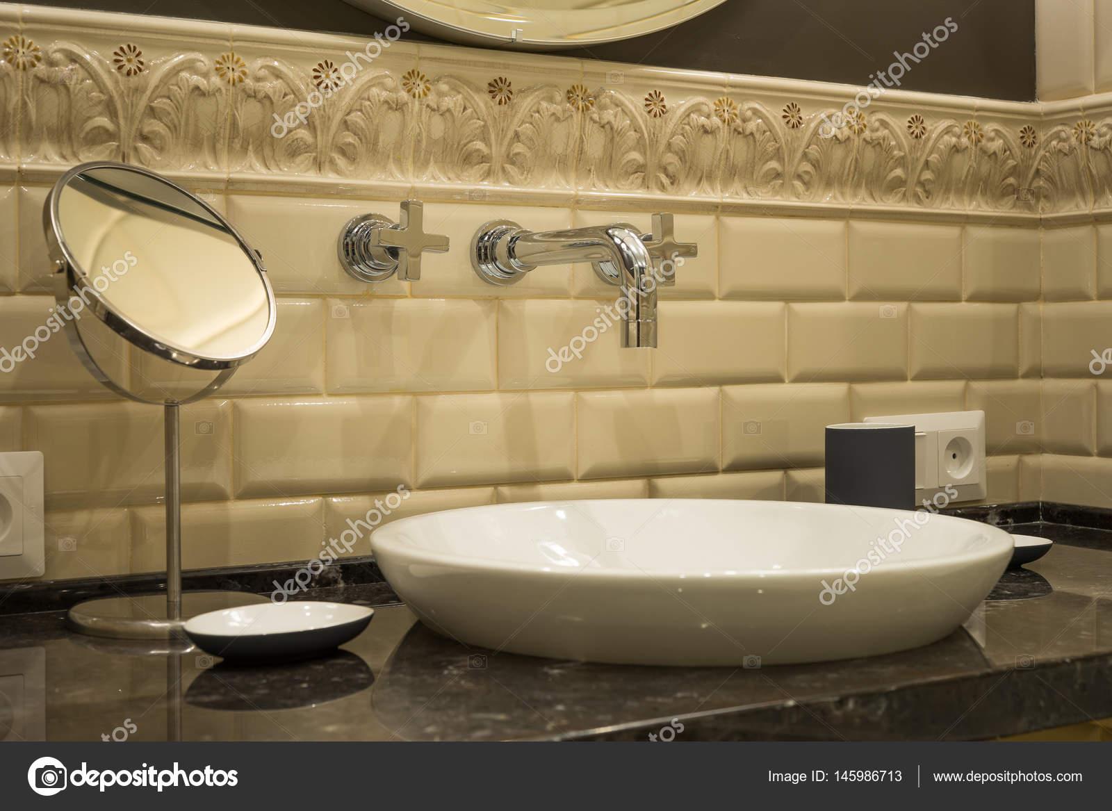 Wastafel kraan spiegel in een luxueuze badkamer u stockfoto