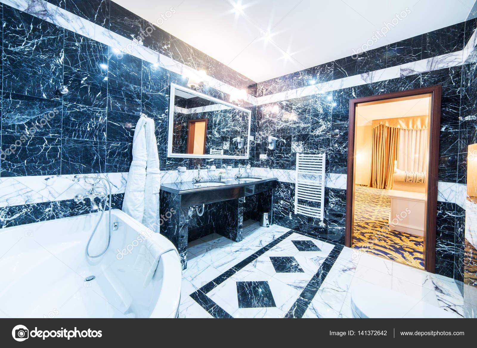 Salle De Bain Luxueuse En Marbre Noir Et Blanc Photographie