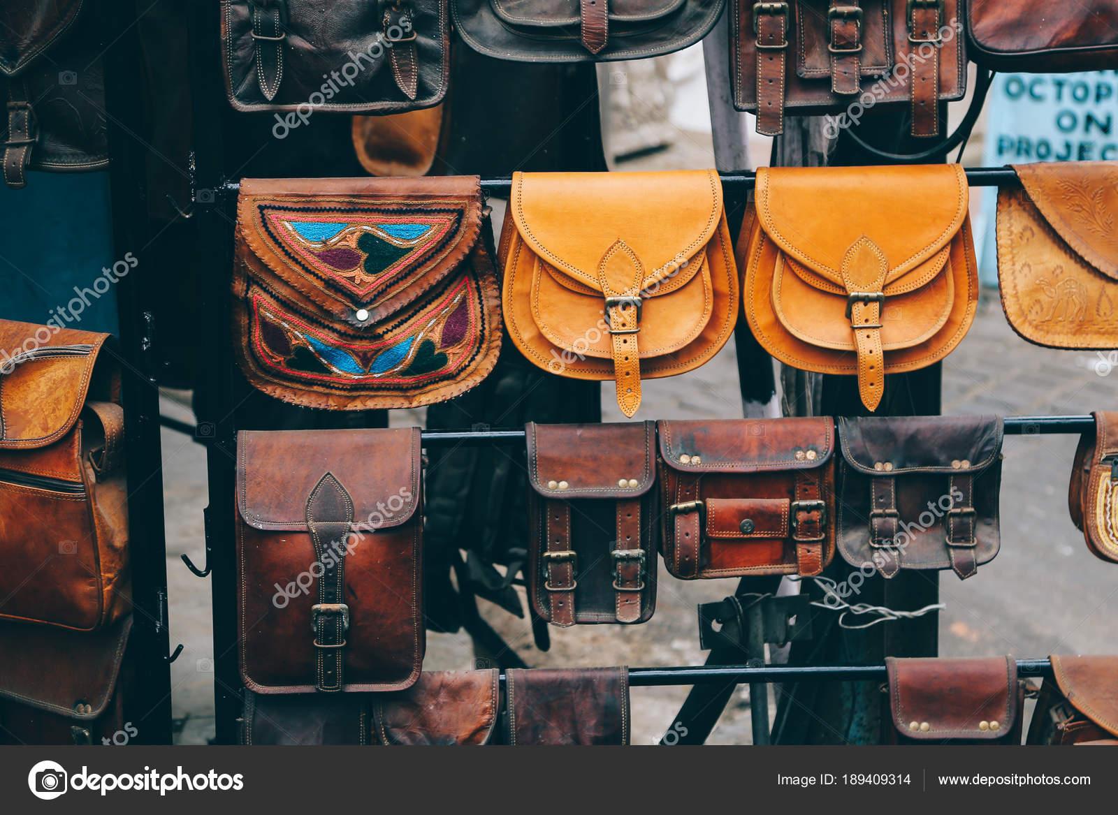 7e9da92606b1 Кожаные сумки в уличный магазин в Удайпуре, Индия– Стоковое изображение