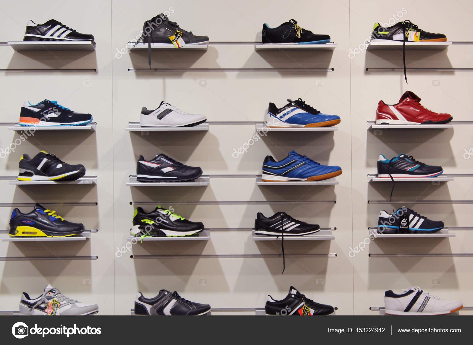 bfccc38935815 4 settembre 2015  Sneakers sugli scaffali in negozio. Grande assortimento di  calzature sportive. 4 settembre 2015 a Chernihiv   Ucraina — Foto di ...