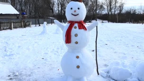 Veselý sněhulák na sněhu. Nový rok atribut. Vánoční symbol