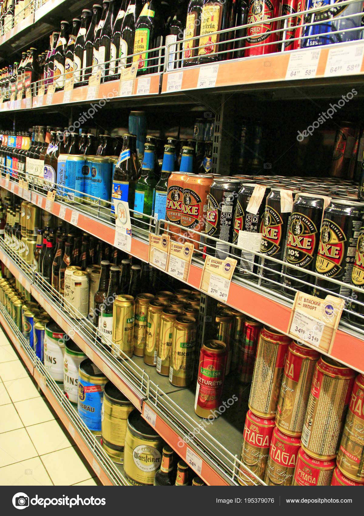 Shop von alkoholischen Getränken. Alkohol-Drink-Markt. Verschiedene ...