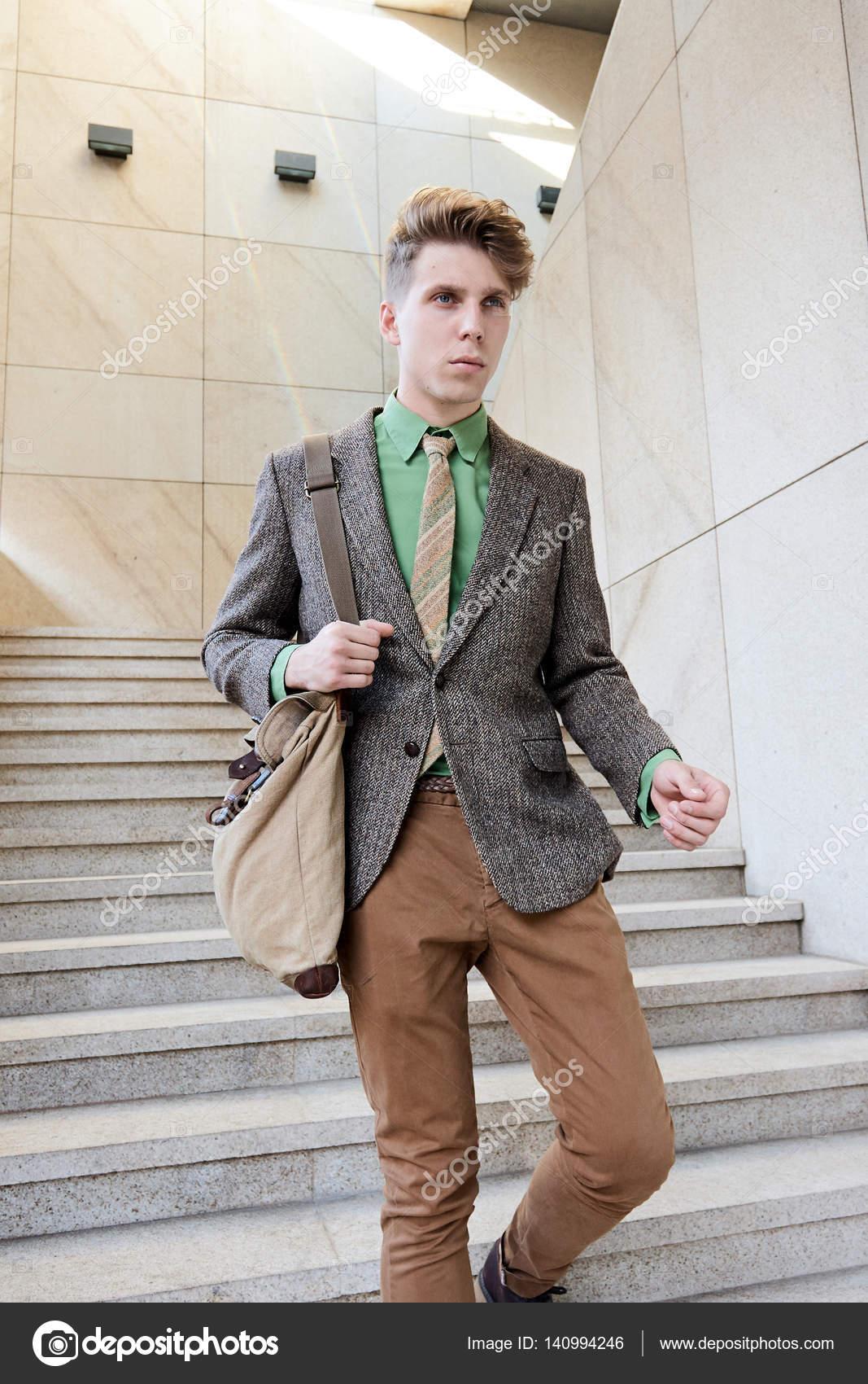 4e02fe9ff Negocios de moda de la calle estilo chico joven informal — Fotos de Stock