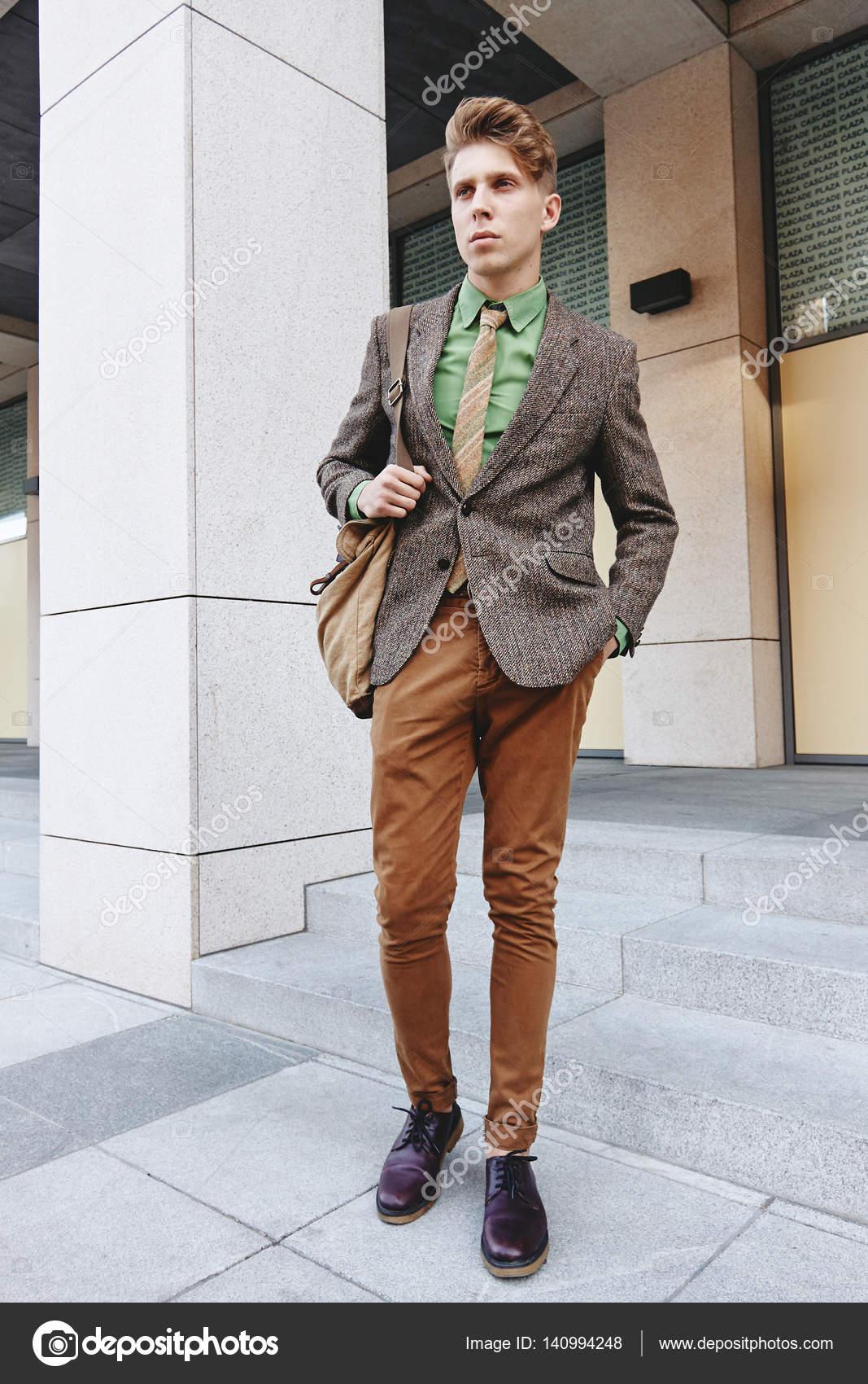 ef203510f Negocios de moda de la calle estilo chico joven informal — Foto de Stock