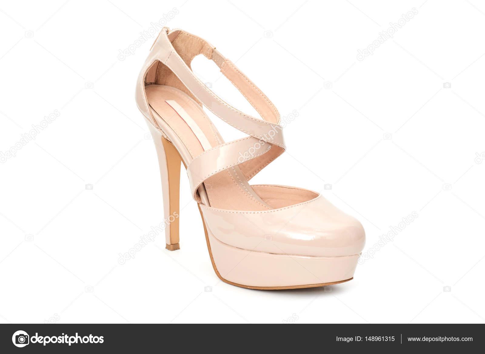 200619b1836 Μπεζ γόβες γυναίκα παπούτσι που απομονώνονται σε λευκό φόντο — Φωτογραφία  Αρχείου