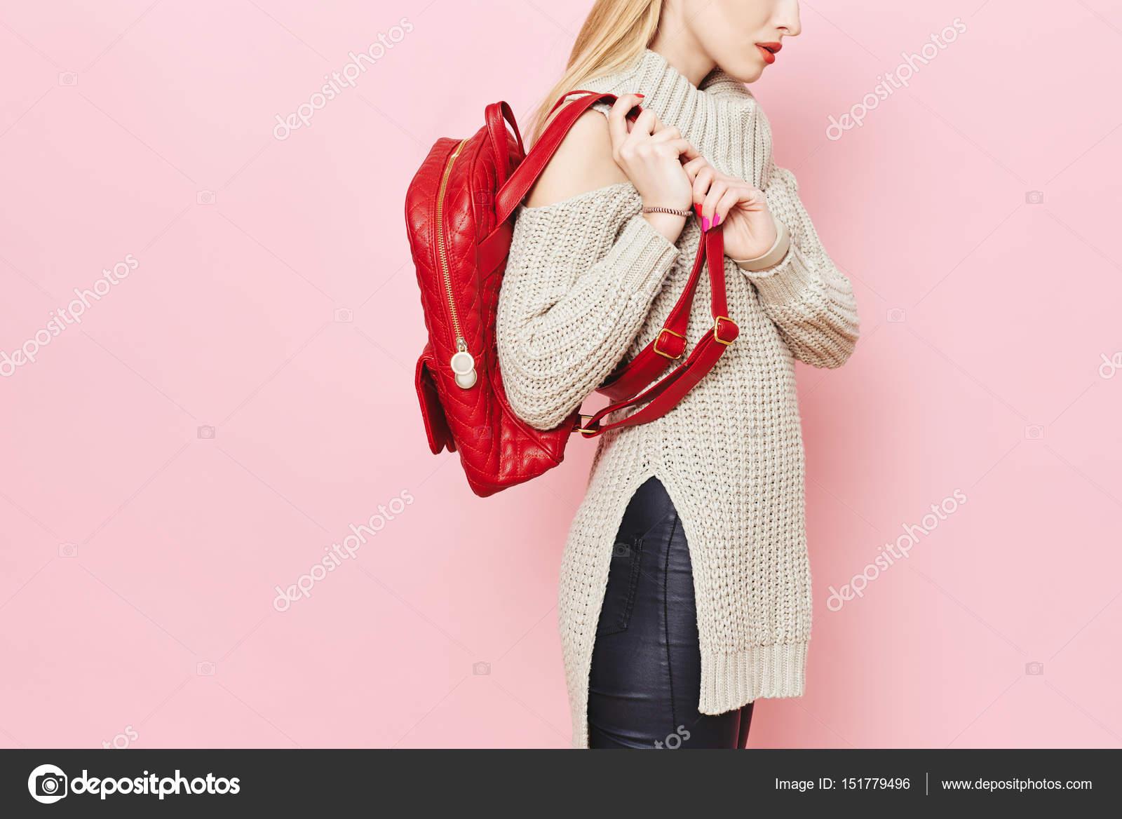 Γυναικεία μόδα μοντέλο με κόκκινη τσάντα πλάτης ροζ φόντο στούντιο– εικόνα  αρχείου 4b5357e0463