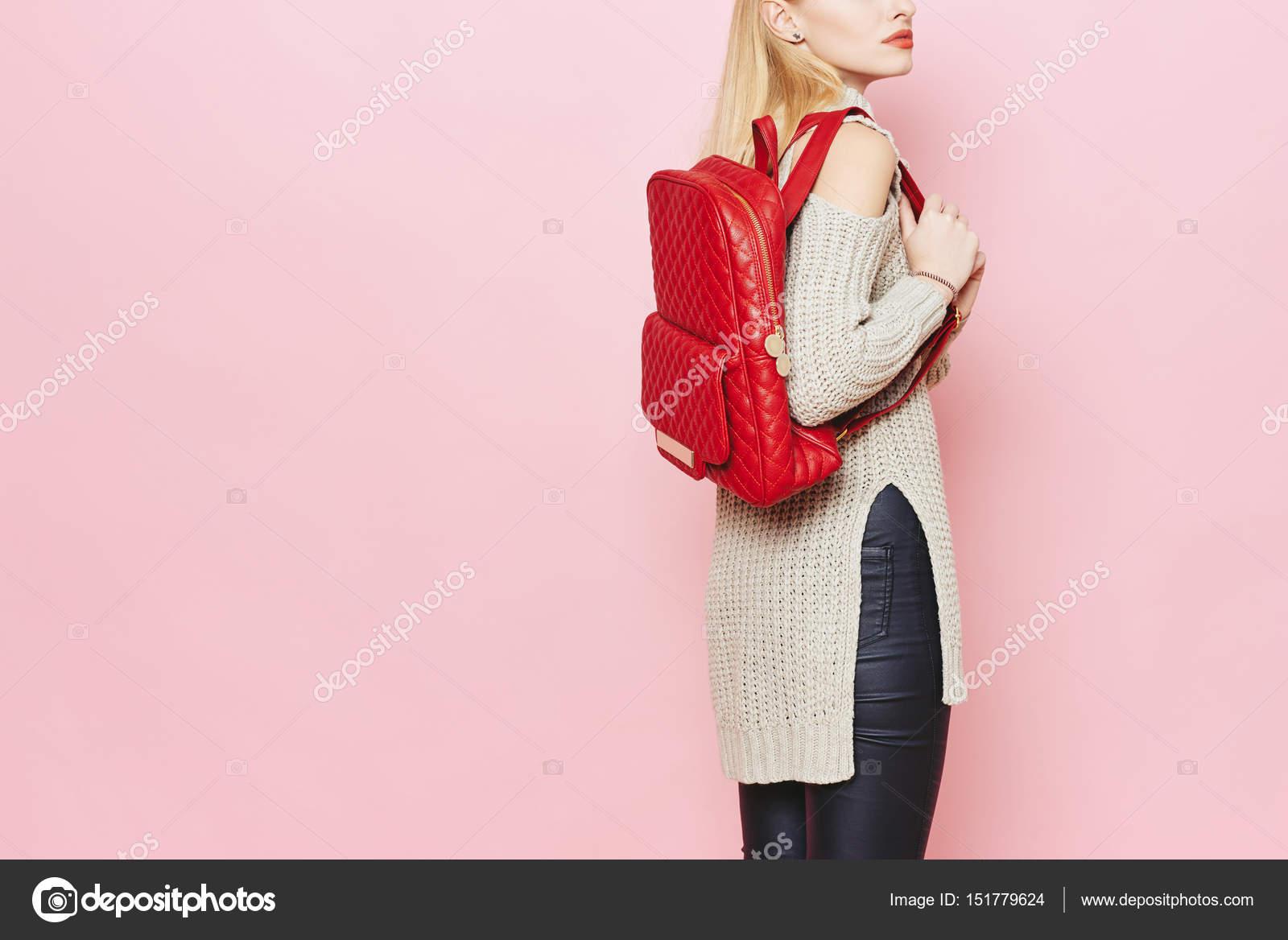 Γυναικεία μόδα μοντέλο με κόκκινη τσάντα πλάτης ροζ φόντο στούντιο — Εικόνα  από Nataliass f02f5f0d644
