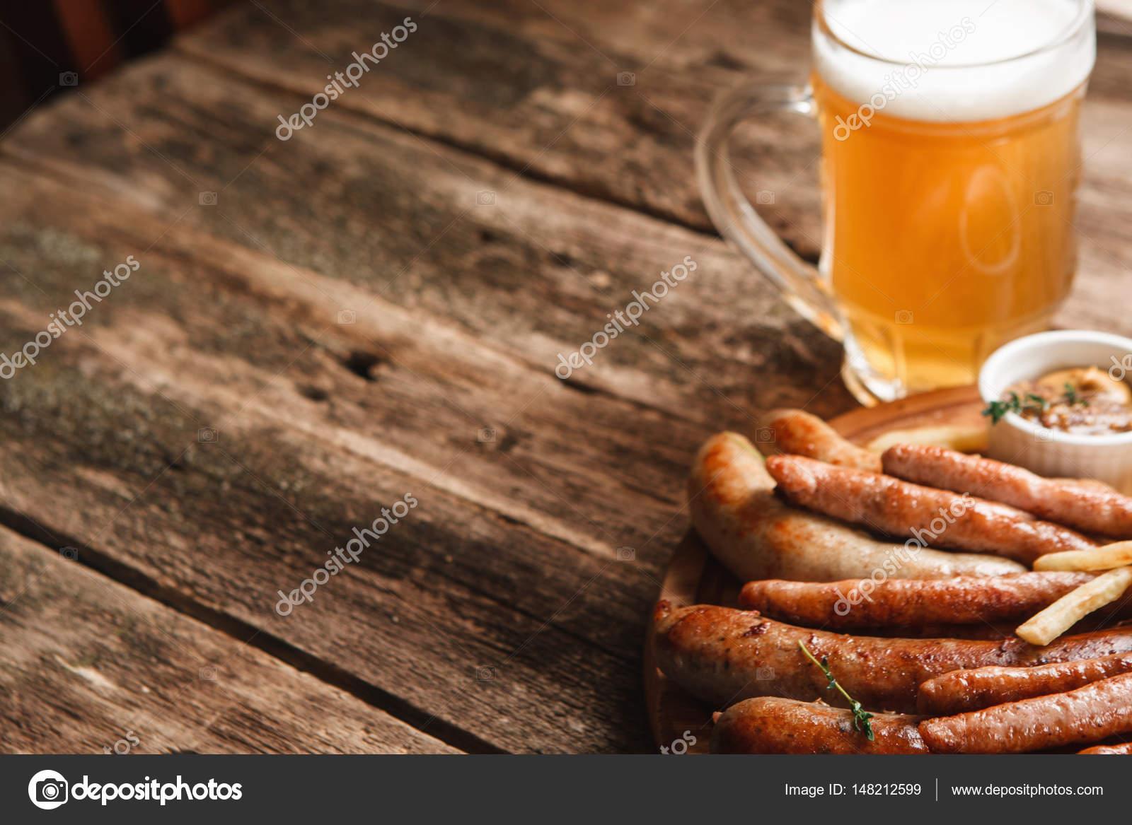 Superb Becher Helles Bier Und Teller Mit Verschiedenen Gegrillten Würstchen,  Nahaufnahme. Deutsch Bar Menü Foto. Hölzerne Hintergrund Mit Textfreiraum U2014  Foto Von ...