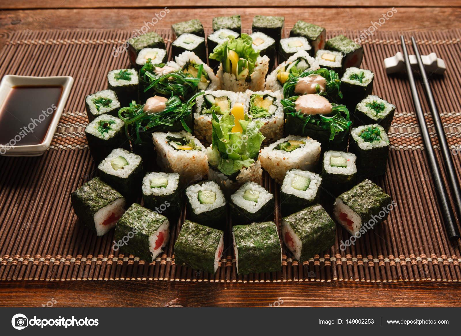Essen Kunst, appetitlich grünen Sushi Rollen Set closeup — Stockfoto ...