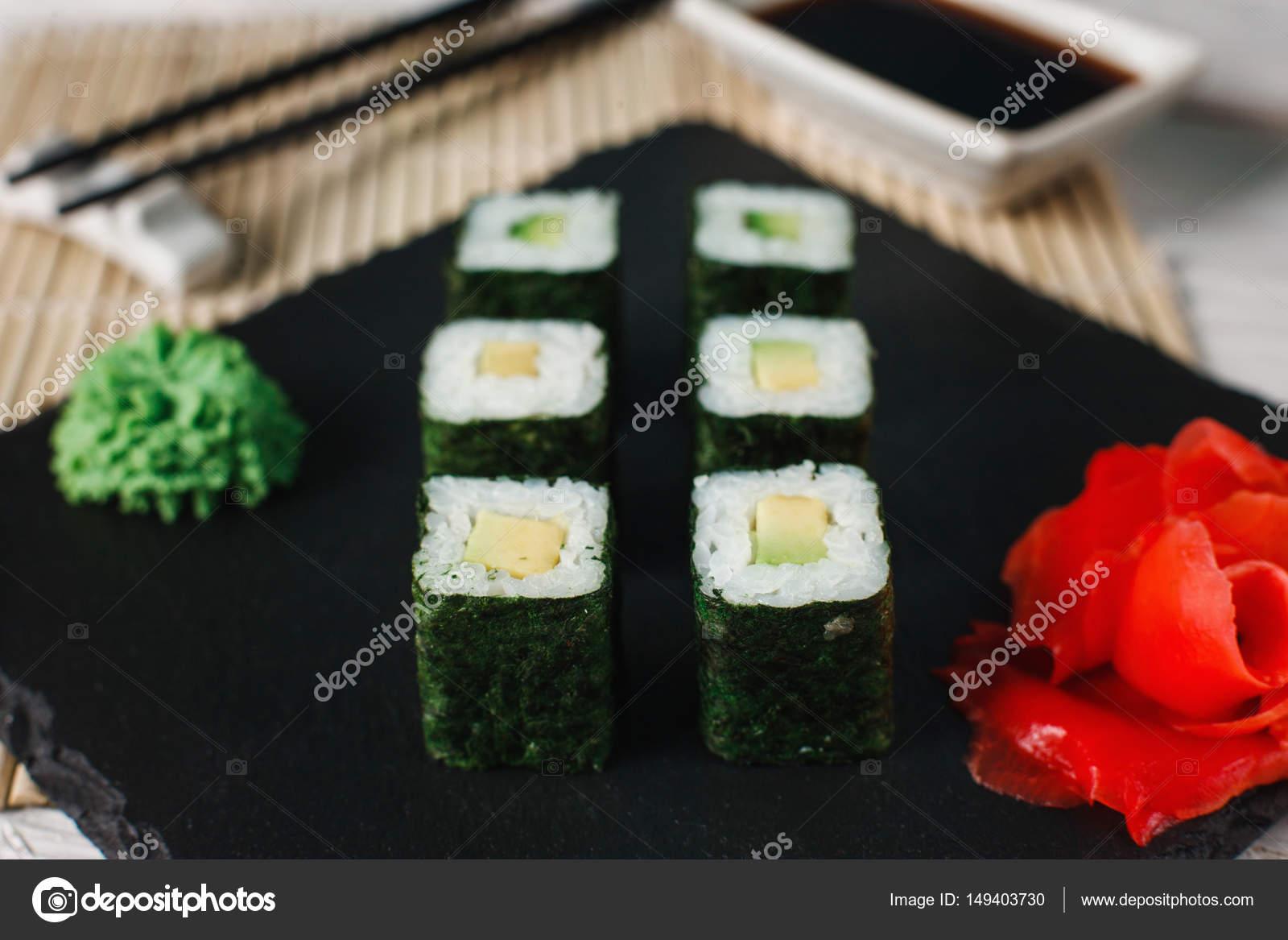 Sushi-Rollen auf schwarzem Schiefer. Gesunden japanisches Essen ...
