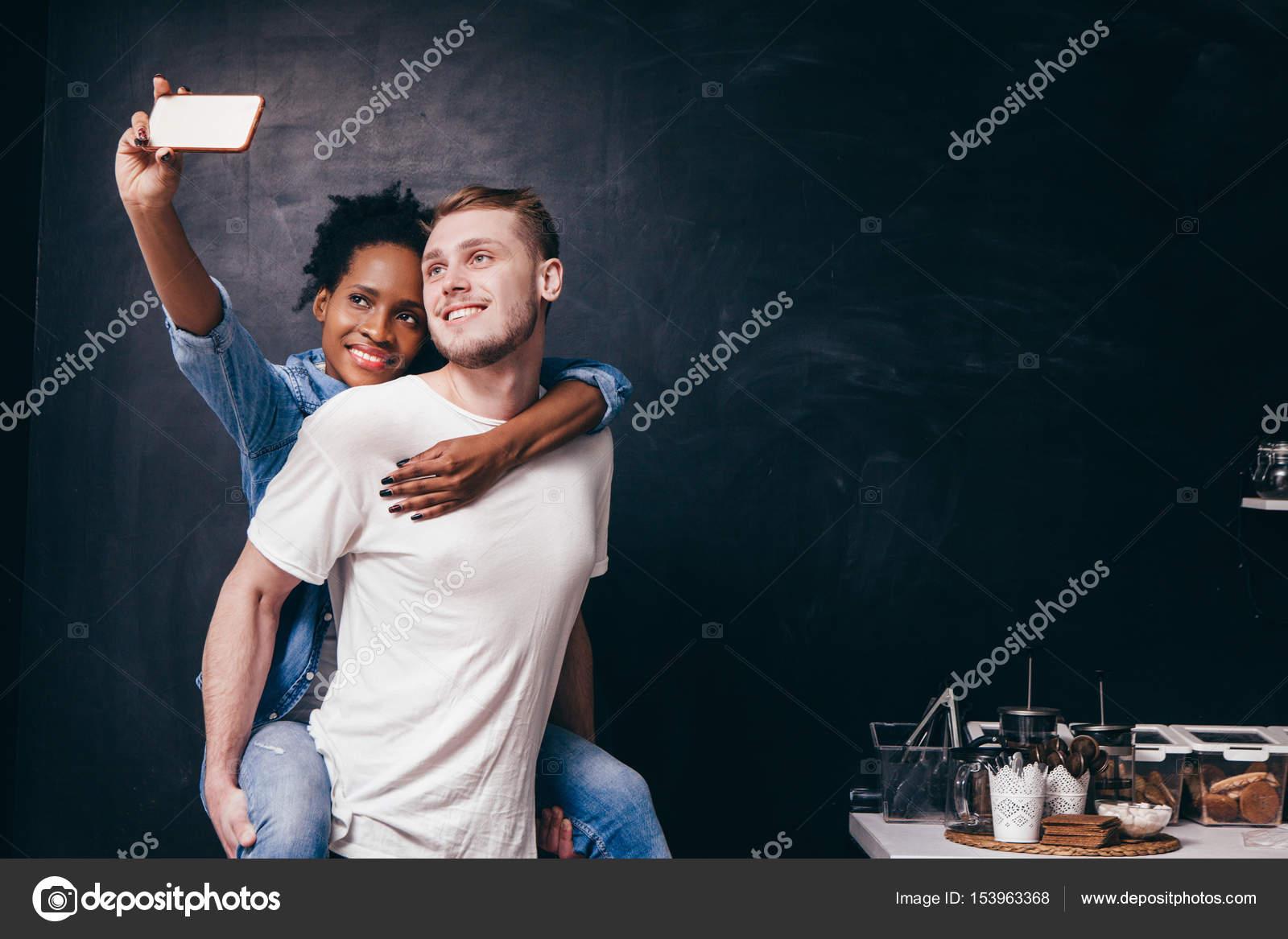 Junges Paar machen Selfie auf Küche, zusammen live — Stockfoto ...