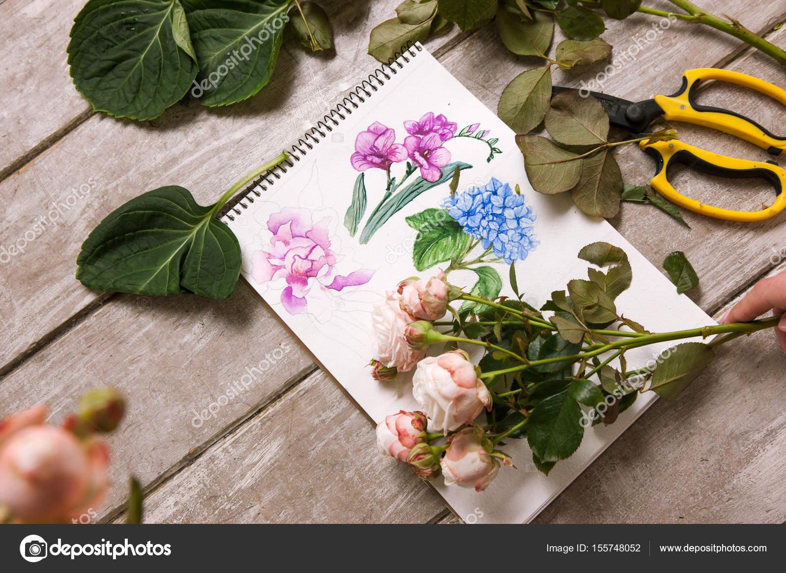 Arbeitsplatz der Dekorateur, Florist. Skizze der Blume — Stockfoto ...