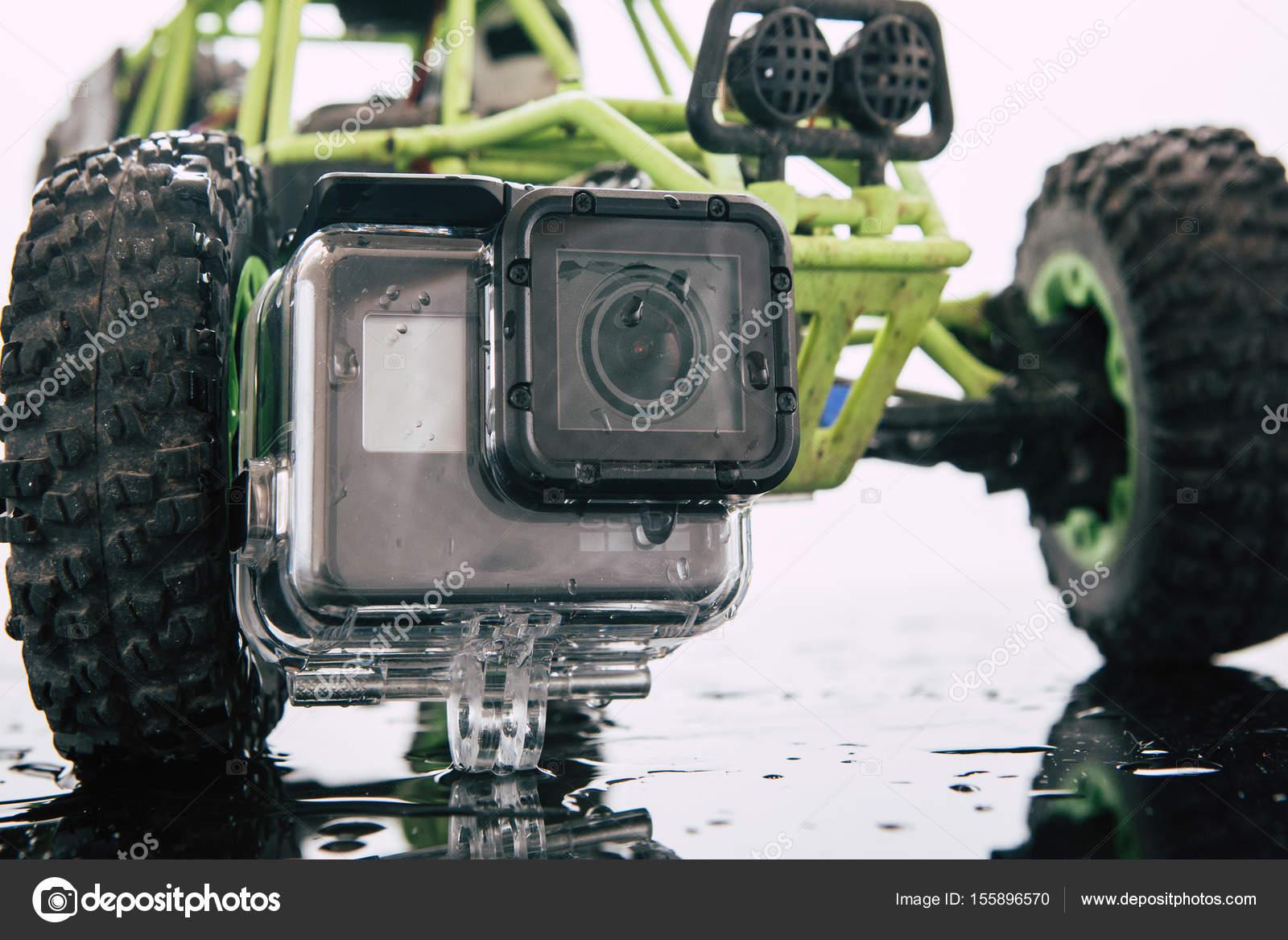 844c12b14914 Kharkov, Ukrajna - 2017. április 6.: Gopro Hero 5 cselekvési kamera vízálló  tok. RC autó a hátteret. Kompakt szerkentyű vízálló, támogatás 4k videóinak  és ...