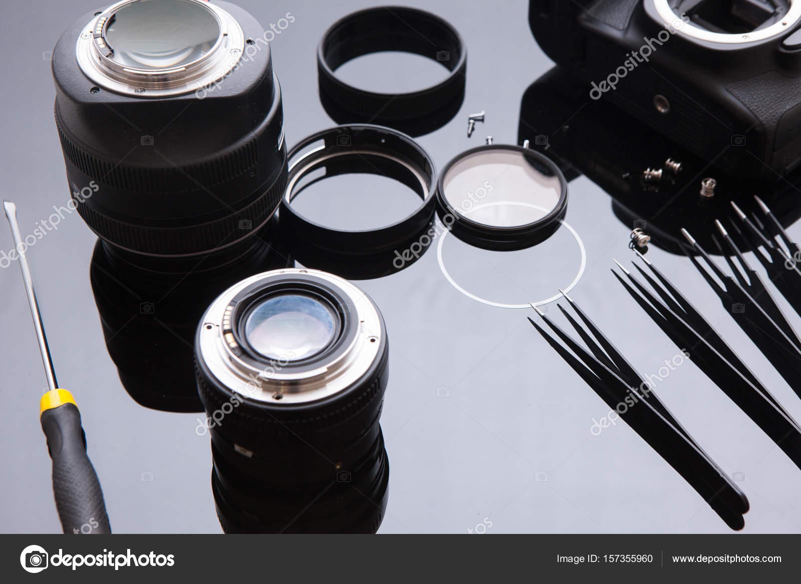 a376e2f48843ce Service de lentille précision optique dslr, ajustement et l alignement. Set  de réparation de lentille caméra dans l espace de travail photo ingénieur.