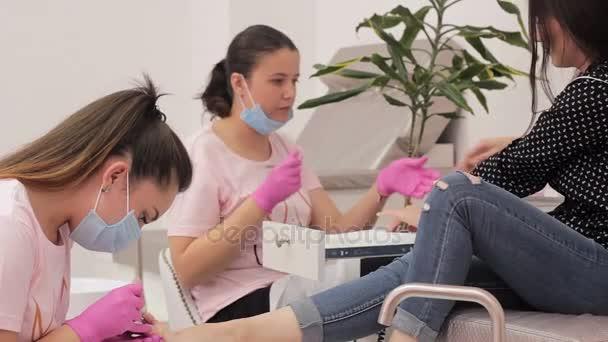 Simultánní manikúra a pedikúra v salonu krásy