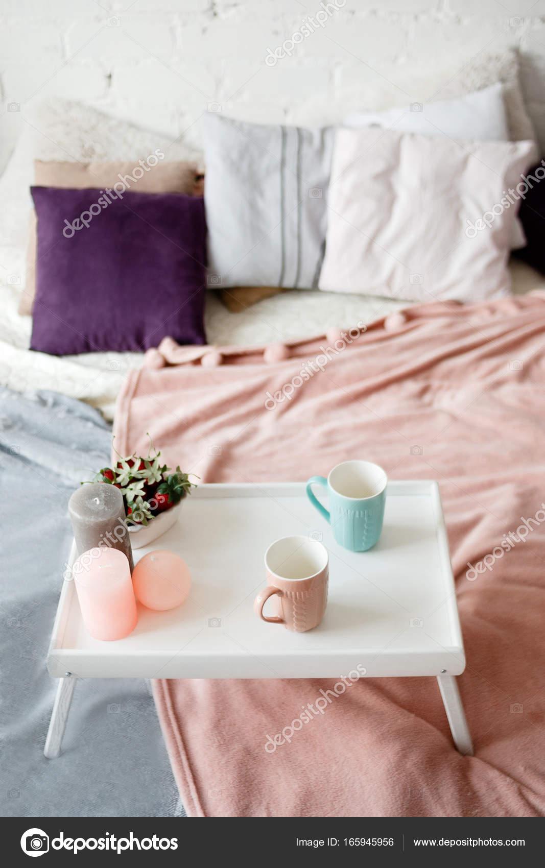 slaapkamer in pastel kleuren stockfoto