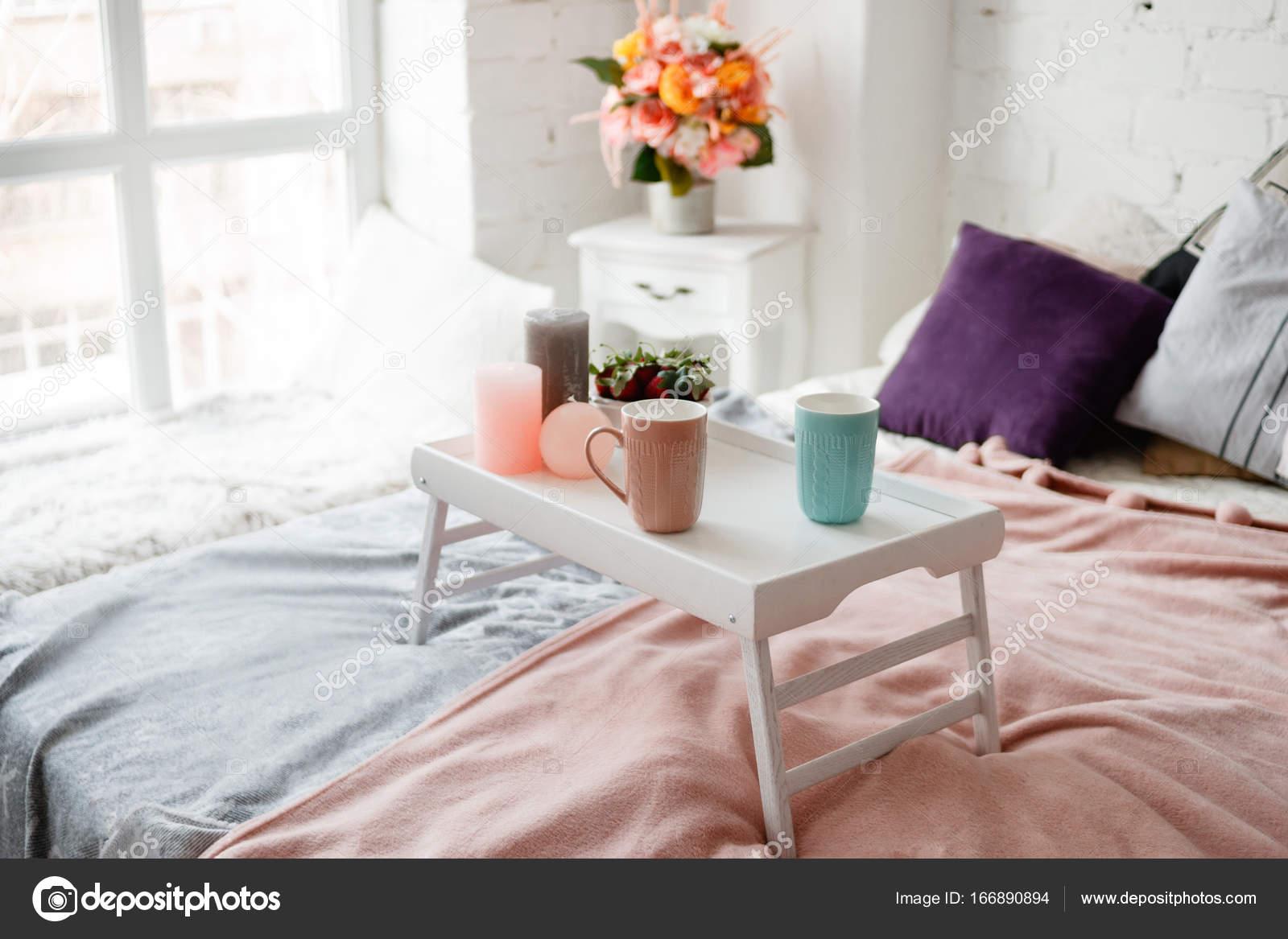Chambre à coucher moderne dans des couleurs pastel — Photographie ...