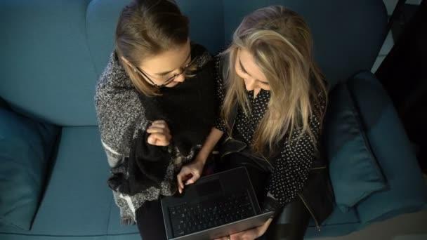 Internet technológia szociális média függőség laptop