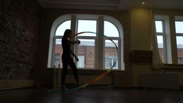 performance artistica di nastro atletico ginnasta di sport