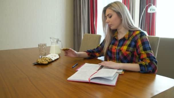 ismeretek oktatási lány diák életmód snack