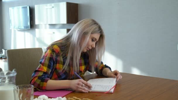 tudás tanuló lány egyetemista írás