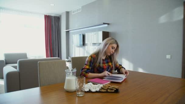 oktatási ismeretek lány főiskolai hallgató házi feladat