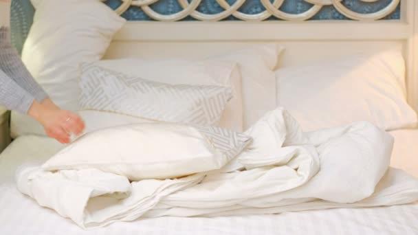 ložnici pohodlí povlečení listy žena dělat postel