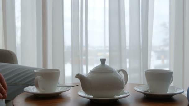 Rodinné čaj čas konvici pohár stůl pár pitných