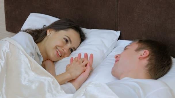 Видео подруги в постели, порно в рус деревне