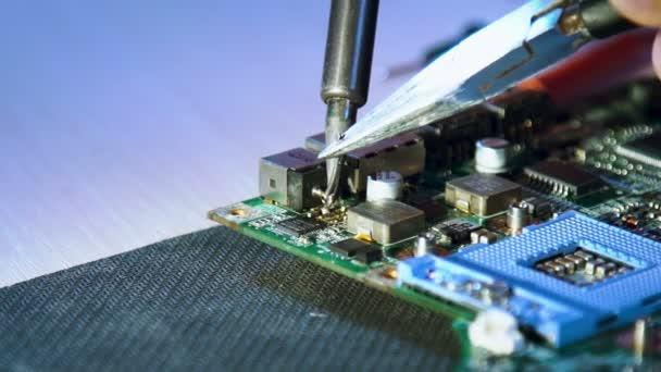 elektronická dílna kurzy. základní deska pájení zblízka. Oprava počítače