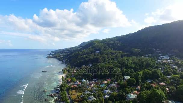 Letecký pohled na oceán a domy na pláži na tropický ostrov, Seychely 2