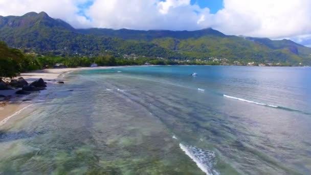Letecký pohled na oceán, pláž a hory na tropický ostrov, Seychely 6