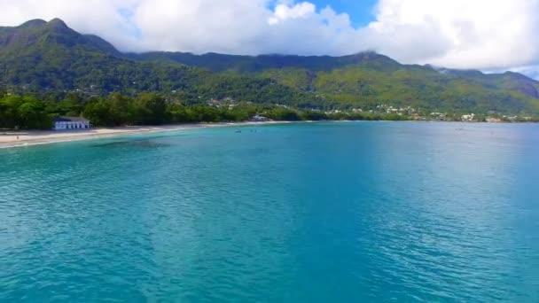 Letecký pohled na oceán, pláž a hory na tropický ostrov, Seychely 5