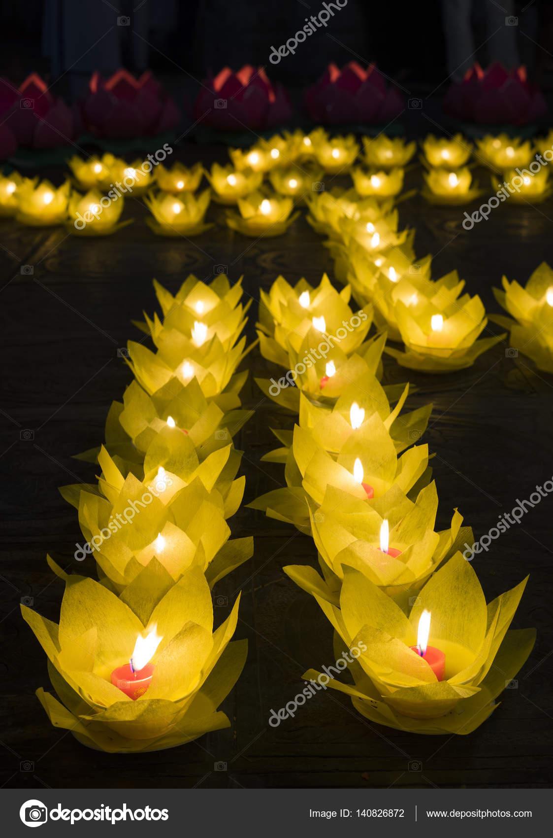 buddhas födelsedag Blomstergirlanger och färgade lanternor för firar Buddhas  buddhas födelsedag