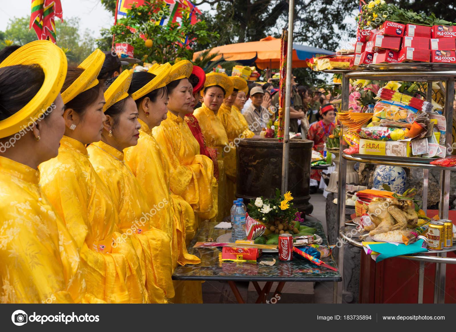 42b528e896ca Quang Νιν Βιετνάμ Mar 2015 Παλιά Γυναίκες Στο Παραδοσιακό Φόρεμα– Εκδοτικές  Φωτογραφίες Αρχείου