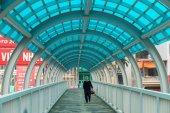 Hanoi, Vietnam - március 15-én 2015-ig: belsejében a gyalogjáró híd Xa Dan street, Hanoi. Egy idős férfi sétált a híd