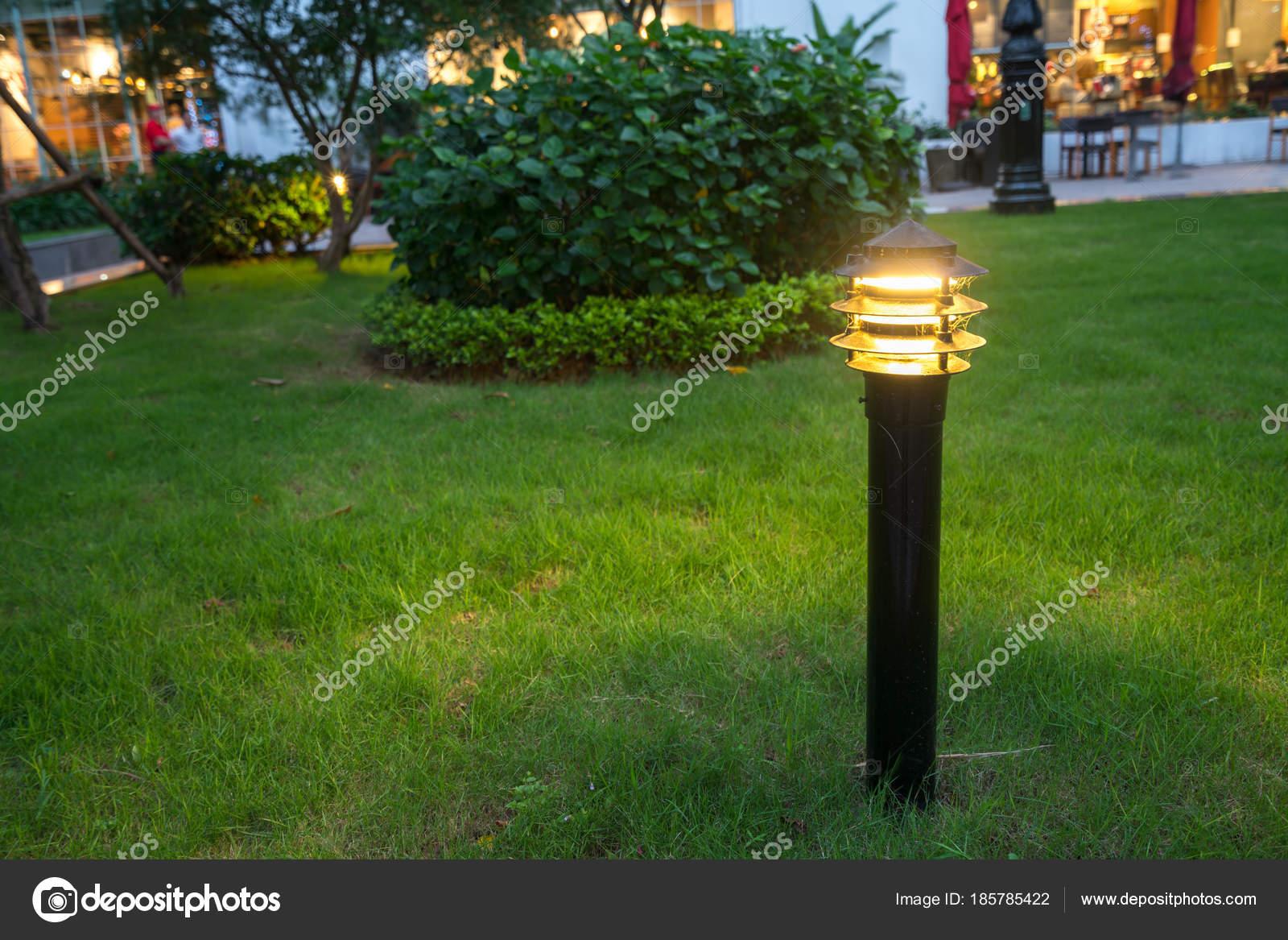 Rougeoyante décoration de jardin léger dans le parc de nuit ...