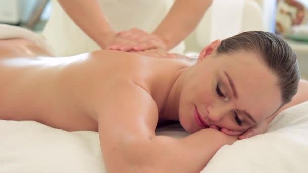 junge Frau auf seance von rückenmassage drinnen.