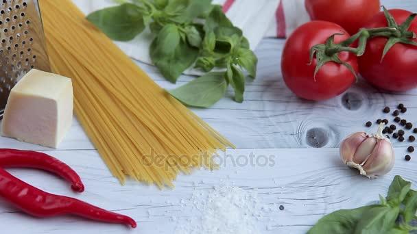 Na dřevěný stůl ingredience pro vaření těstovin populární italské jídlo