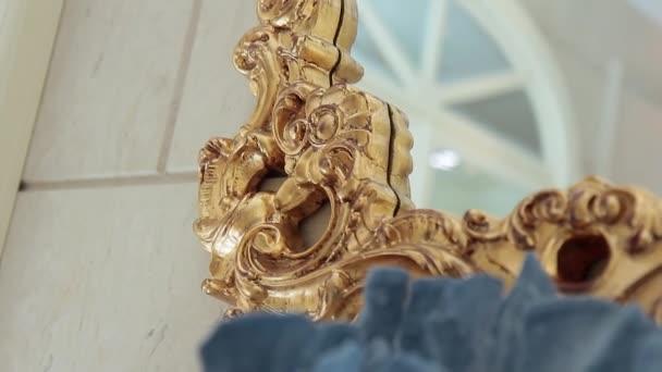 Dekorativní zrcadlo, které visí na zdi v interiéru salonu krásy.