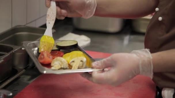 kuchař Příprava zeleniny se smažit na grilu v kuchyni moderní restaurace