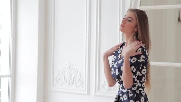 Видеоролики под платьем, глубокий анал длинной игрушкой онлайн