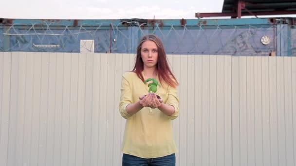 žena držící v rukou s skřípal, symbolem ochrany rostlin
